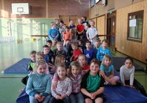Die Kinder des Bewegungstages in der Turnhalle der Grundschule Höltinghausen