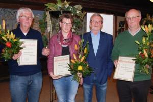 Vereinsvorsitzender Josef Wendeln (2.v.re.) zeichnete Bettina Scheper, Ulli Borchers (li.) und Bernd Dieckmann (re.) mit der silbernen Ehrennadel des SV Höltinghausen aus