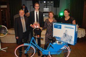 Stolz präsentierten die Gewinner der drei Hauptpreise ihre Gewinne.
